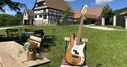E-Gitarre auf einem Stuhl im Thüringer Freilichtmuseum Hohenfelden.