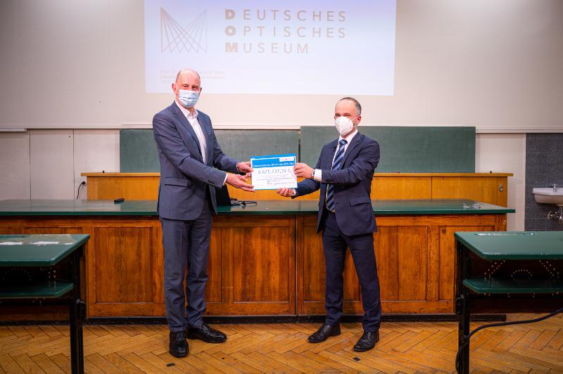 Minister Tiefensee übergibt Scheck an Optisches Museum Jena