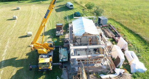 Aufbau des Wohnhauses aus Abtsbessingen mit Kran