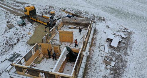 Blick ins Heinersdorfer Haus im Dezember mit leichter Schneedecke