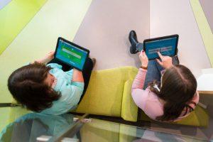Besucher mit digitalen Servicedesks