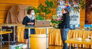 Geschäftsführerin Marietta Schlütter gratuliert der neuen Vorstandsvorsitzenden Peggy Greiser